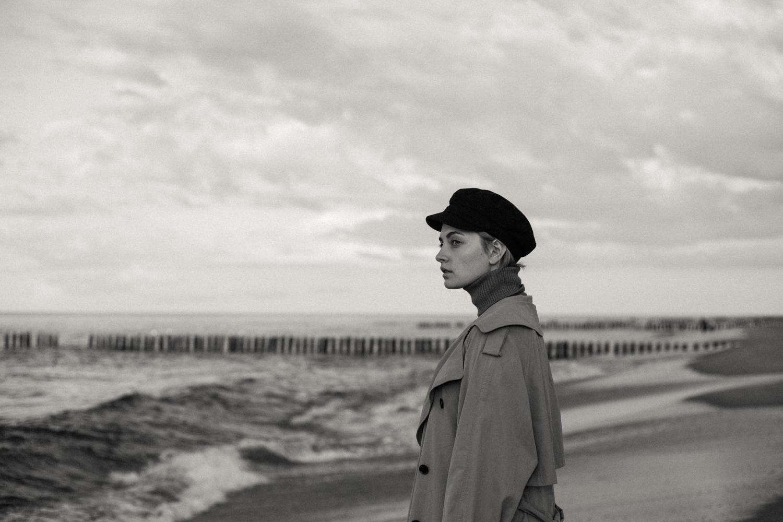 modelka na plaży na czarno-białym zdjęciu fashion portretowym b&w wykonanym autorstwa panibe